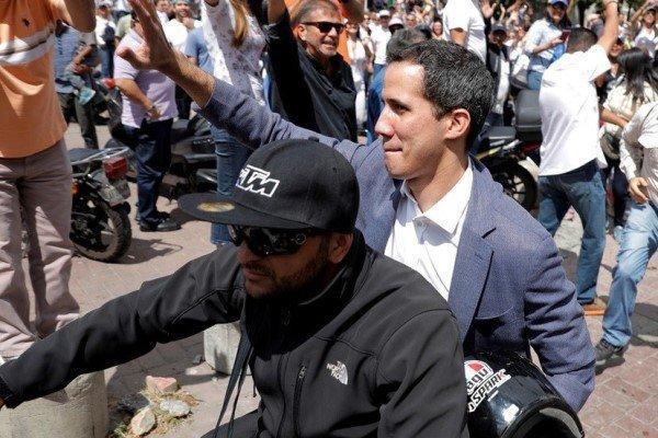 گوآیدو کمکهای آمریکا به ونزوئلا را حین ورود از مرز همراهی می نماید
