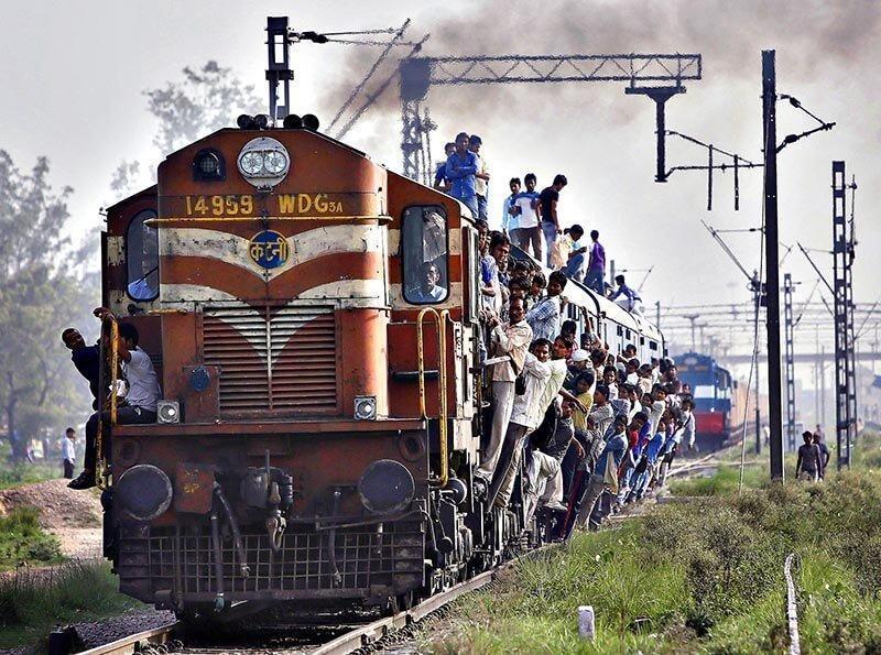 چطور از سوار شدن در قطارهای هند جان سالم به در ببریم؟