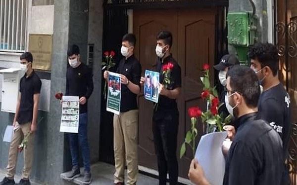 حضور تعدادی از دانشجویان ایرانی مقابل سفارت آذربایجان در تهران به نشانه همدردی