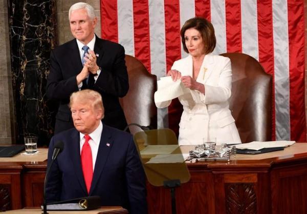 پلوسی: ترامپ را از موهایش می گیرم و به بیرون کاخ سفید می اندازم