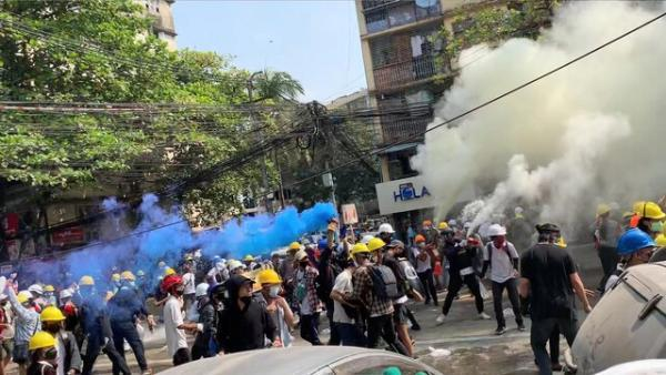 پلیس میانمار به معترضان حمله کرد